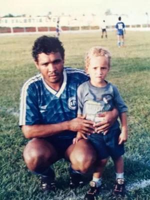 Maurides (pai) e Maicon, hoje zagueiro do São Paulo (Foto: Arquivo pessoal)