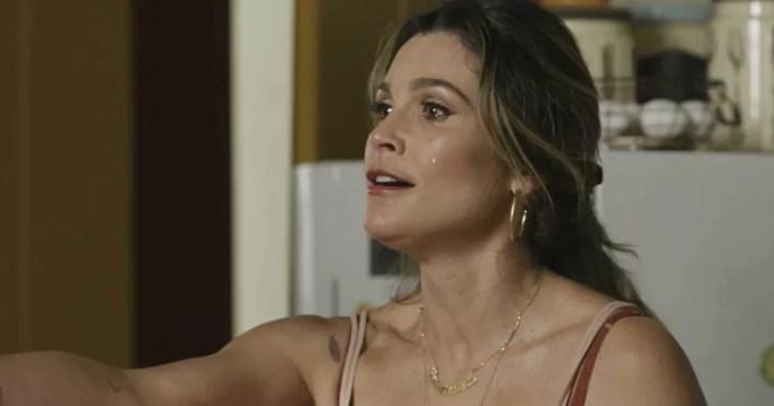 Rita está chocada com o que viu, mas vai fazer pedido inusitado ao marido  — Foto: TV Globo