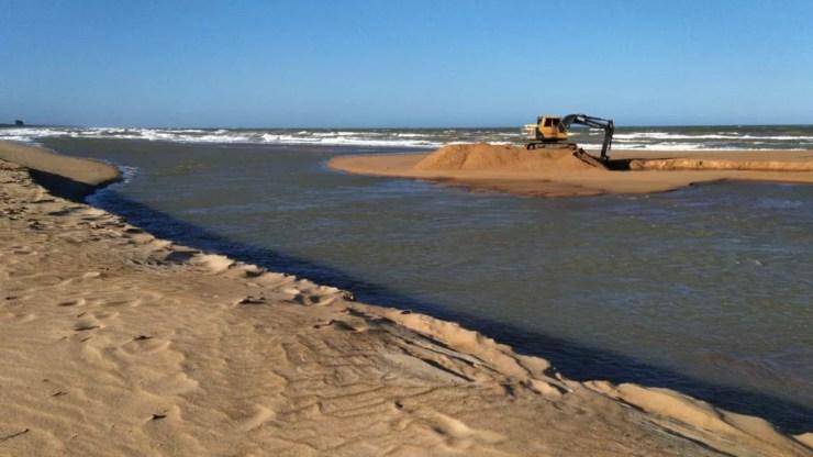 Foz do Rio Mariricu, em São Mateus, foi fechada para tentar impedir contaminação de óleo — Foto: Eduardo Dias/TV Gazeta