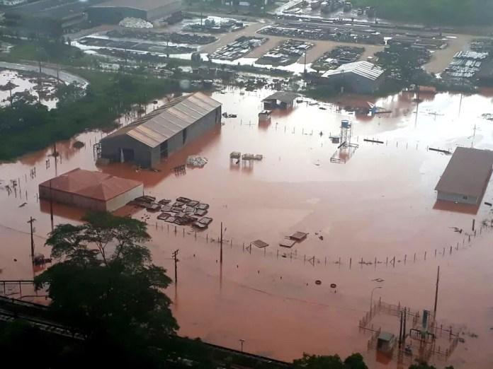 Coloração avermelhada das águas da chuva que se espalharam em Barcarena provocaram temor nas comunidades do município (Foto: Divulgação)