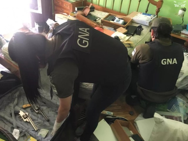Um arsenal encontrado em casas na Argentina seria enviado ao RJ — Foto: Divulgação/Gendarmería Nacional (Argentina)