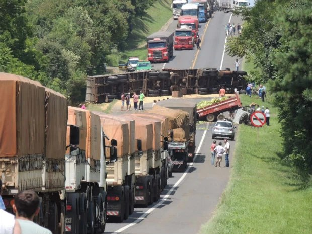 Acidente entre caminhão e trator deixou a BR-373 interditada por 1h30, segundo a polícia (Foto: Élio Kohut/Arquivo Pessoal)