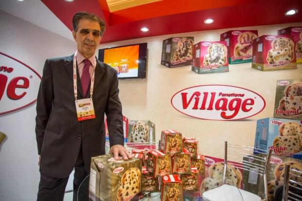 Reinaldo Bertagnon, diretor da empresa, mostra a linha de minipanetones, um dos carros-chefes da empresa, e o panetone de 908 gramas — Foto: Fabio Tito/G1