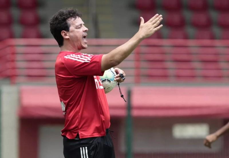 Fernando Diniz costuma ser enérgico nos treinamentos — Foto: Reprodução/Twitter