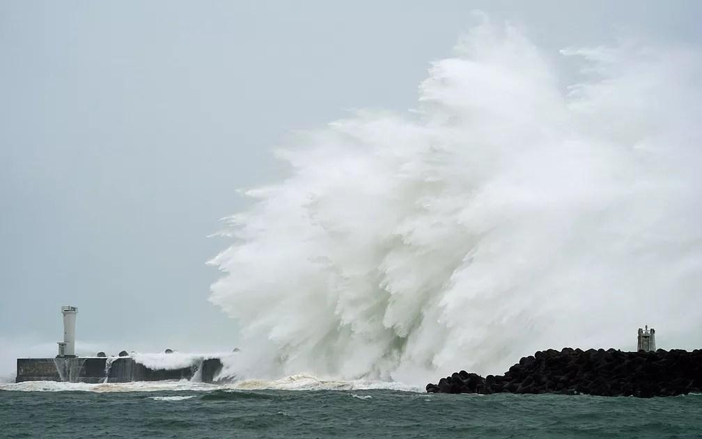 ondas - ENCHENTE, DESTRUIÇÃO E MORTE: Tufão Hagibis chega ao Japão neste sábado - VEJA IMAGENS