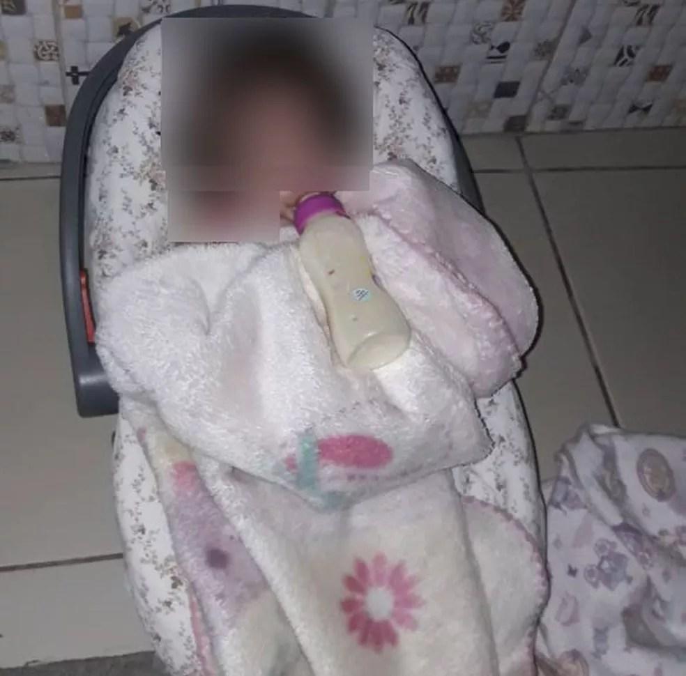 Em creche particular de Itapecerica da Serra, fotos mostram que bebês eram deixados sozinhos com suas mamadeiras. — Foto: Arquivo pessoal