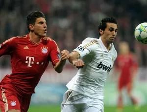Mario Gomez do Bayern e Alvaro Arbeloa do real Madrid (Foto: AFP)