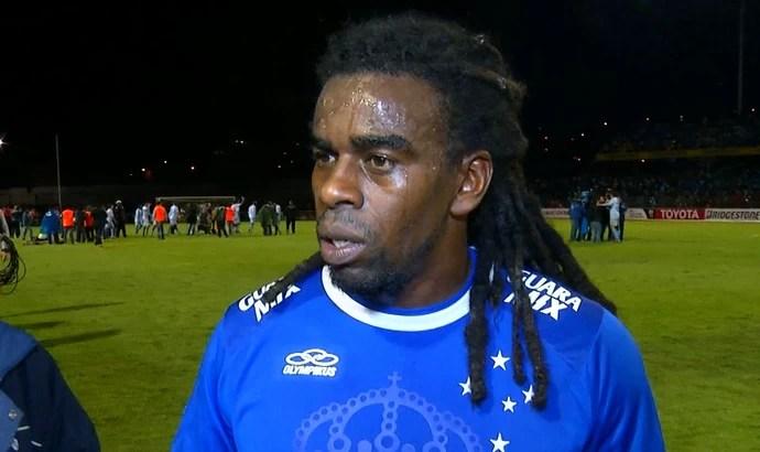 Volante Tinga, do Cruzeiro, contra o Real Garcilaso (Foto: Reprodução / TV Globo Minas)