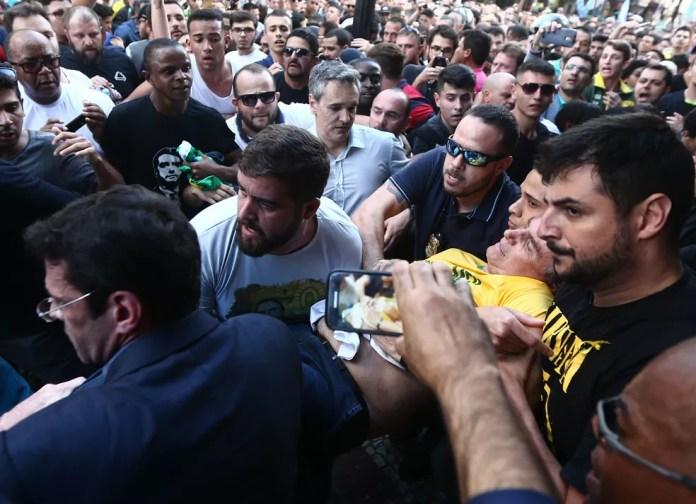 Jair Bolsonaro, em 6 de setembro de 2018, quando levou uma facada em Juiz de Fora — Foto: FÁBIO MOTTA/ESTADÃO CONTEÚDO