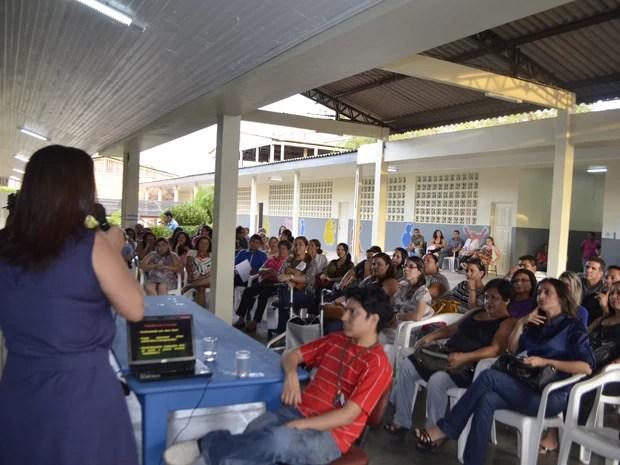 Professores recebendo capacitação na escola Hildemar Maia (Foto: Graziela Miranda/G1)