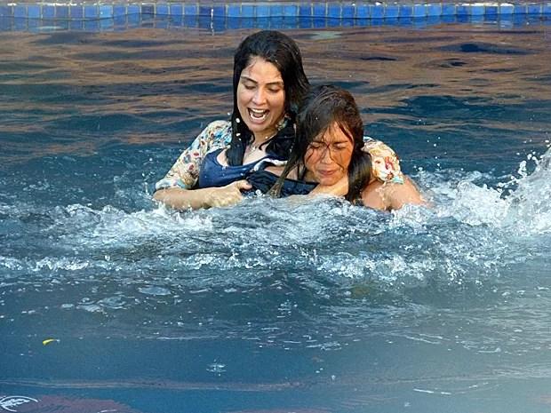 Delma joga Roberta dentro da piscina (Foto: Ariane Ducati/Gshow)