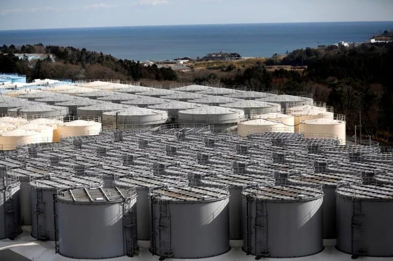 Galões armazenam água contaminada retirada da usina nuclear de Fukushima, no Japão, em imagem de 2019 — Foto: Issei Kato/Reuters/Arquivo