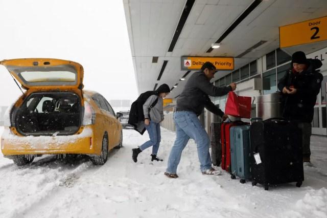 Passageiros chegam ao Aeroporto LaGuardia nesta quinta-feira (4) (Foto: Mike Segar/ Reuters)