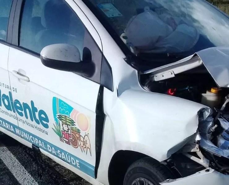 Ambulância capota ao ser atingida por carro de secretaria de Saúde na BA — Foto: Site Notícias de Santaluz