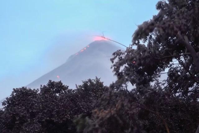 Vulcão de fogo visto de Los Lotes, em Rodeo, nesta segunda-feira (4) (Foto: Johan Ordonez / AFP)