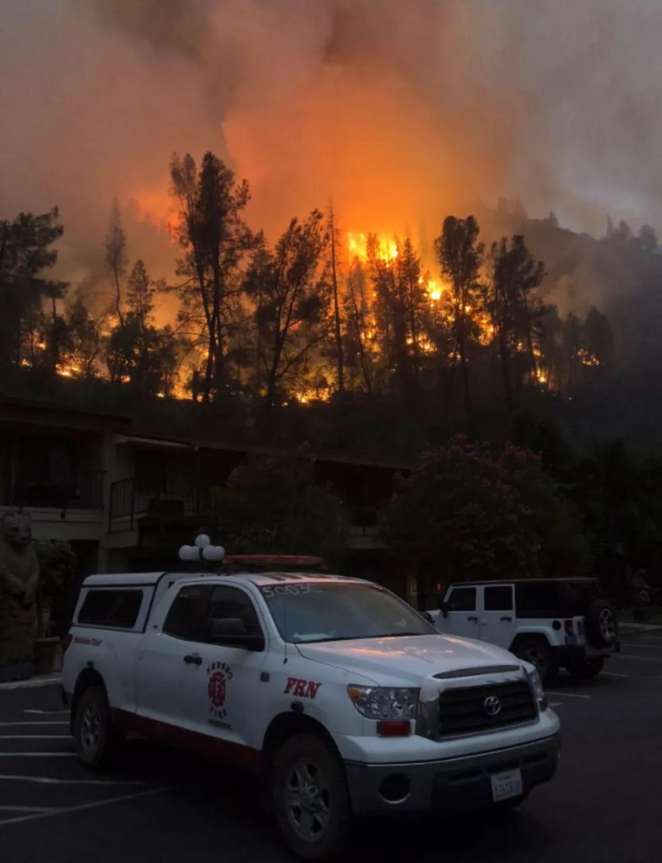 Imagem divulgada neste sábado (21) pelos bombeiros de Fresno mostra incêndio Furguson em zona perto do Parque Nacional de Yosemite, na Califórnia (Foto: Reprodução/Yosemite/ Fresno Fire PIO)