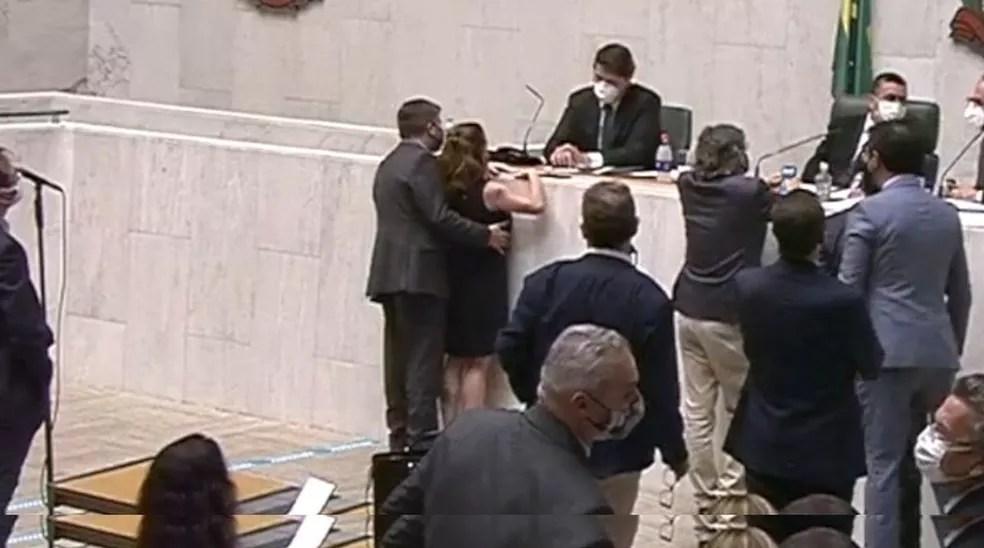 Deputado Fernando Cury passa a mão na deputada Isa Penna — Foto: Reprodução