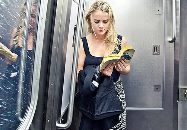 Livros ; lendo no metrô ; (Foto: Reprodução/Facebook)