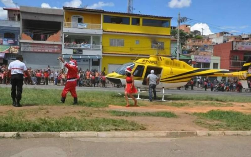 Papai e Mamãe Noel descem de helicóptero pilotado por Ronaldo Quattruci — Foto: Divulgação/Arquivo pessoal