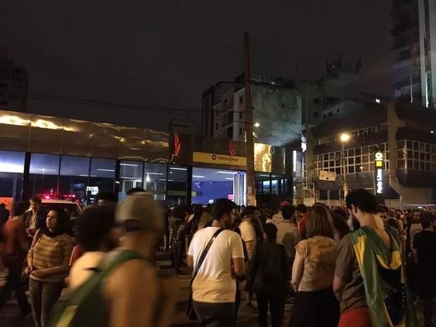 Após o encerramento do ato, manifestantes começam a entrar na estação Faria Lima do metrô (Foto: G1)