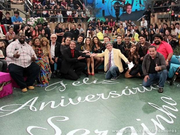 Serginho Groisman faz uma foto com todos os convidados da festa (Foto: TV Globo/Altas Horas)