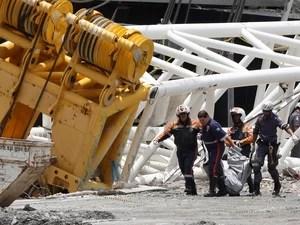Corpo é retirado de local do acidente no estádio do Corinthians em São Paulo. (Foto: Eduardo Viana/Lancepress/AFP)