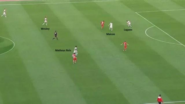 Defesa são-paulina errou no lance que originou o primeiro gol do Inter (Foto: Reprodução)