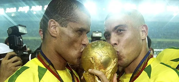 Rivaldo e Ronaldo com a taça da Copa do Mundo em 2002 (Foto: Getty Images)