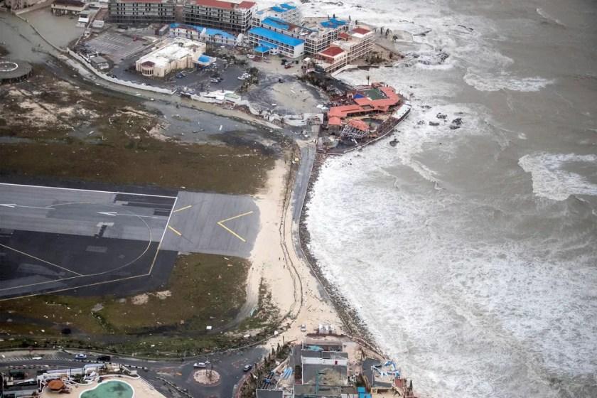 Vista de cima da praia na Ilha de Saint Martin, no Caribe, após passagem do furacão Irma (Foto: Netherlands Ministry of Defence/Handout via REUTERS )