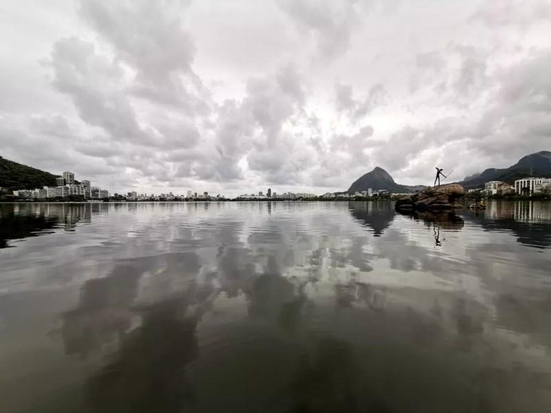 Lagoa Rodrigo de Freitas, perto da Estátua do Curumim — Foto: Marcos Serra Lima/G1