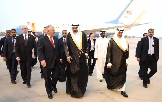 Secretário de Estado dos EUA, Rex Tillerson, é recepcionado no Kuwait pelo ministro de Relações Exteriores Sabah al-Khalid al-Sabah  (Foto: Kuwait News Agency (KUNA)/Handout via REUTERS)