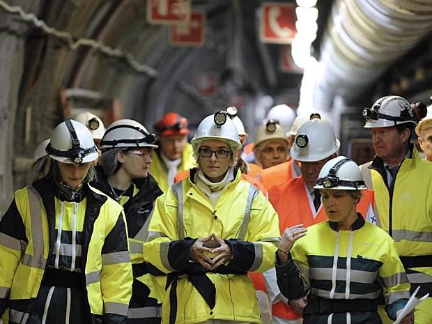 Ministra francesa da Ecologia, Delphine Batho (centro), visita o laboratório subterrâneo operado pela Agência Nacional de Gestão de Resíduos Radioativos (Andra), em 4 de fevereiro, em Bure, no leste do país (Foto: Jean Chistophe Verhaegen/AFP)