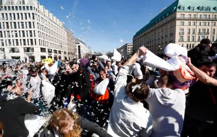 Participantes travam guerra de travesseiros em Berlim (Foto: Pawel Kopczynski/Reuters)