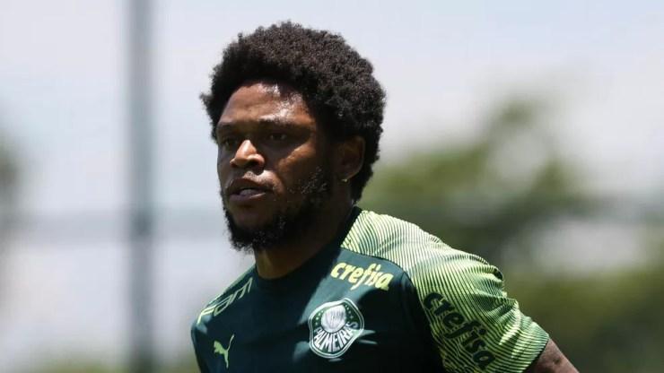 Luiz Adriano correu pelo gramado no treino desta quarta-feira na Academia de Futebol — Foto: Cesar Greco/Ag. Palmeiras