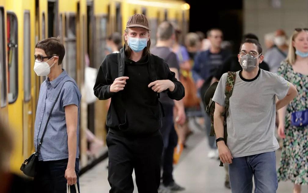 Quem é pego sem máscara no transporte público da capital alemã pode ter que pagar entre 50 e 500 euros — Foto: AP Photo/Michael Sohn