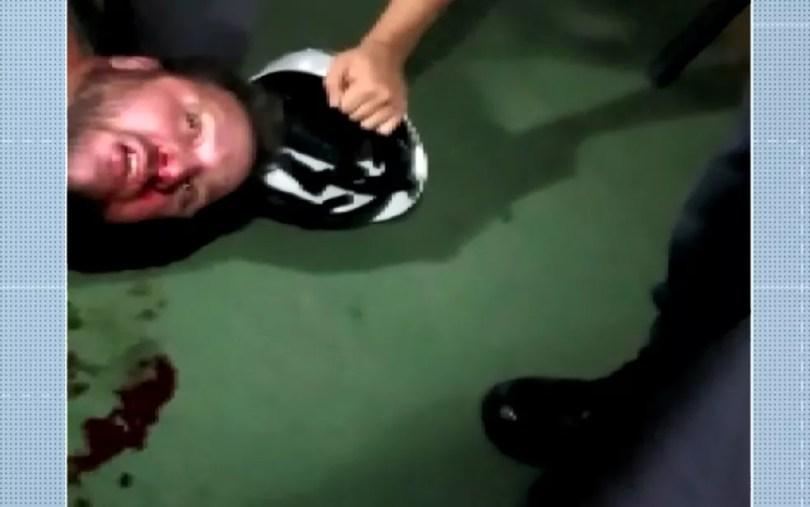 Imagem de vídeo feito após agressão mostra torcedor do Guarani caído no chão, em Campinas. (Foto: Reprodução/EPTV)