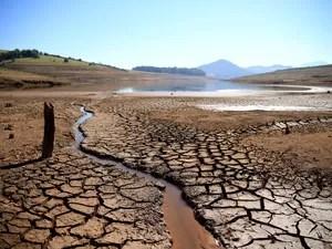 Seca na represa Jaguari-Jacareí, na cidade de Bragança Paulista (SP), onde o índice de água armazenada no Sistema Cantareira é de apenas 12,5% da capacidade total. A Sabesp anunciou que deve retirar mais 106 bilhões de litros do volume morto do sistema (Foto: Luis Moura/Estadão Conteúdo)