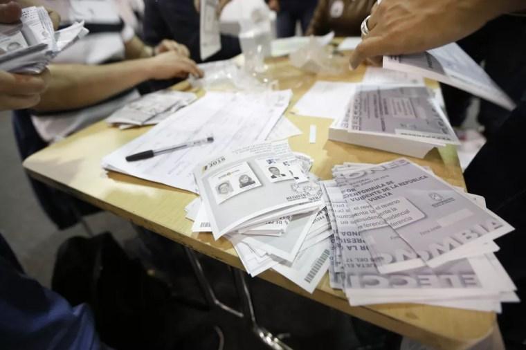 Contagem de votos no 2º turno das eleições presidenciais na Colômbia (Foto: REUTERS/Luisa Gonzalez)