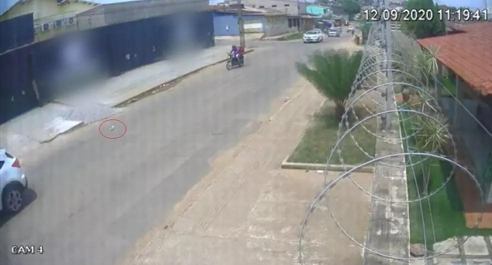 Câmeras de segurança flagram motorista jogando gata pela janela de carro no AC — Foto: Reprodução