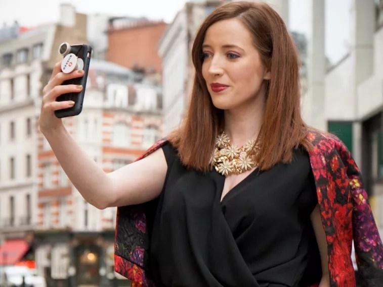 Rebecca gravando vídeo em Londres