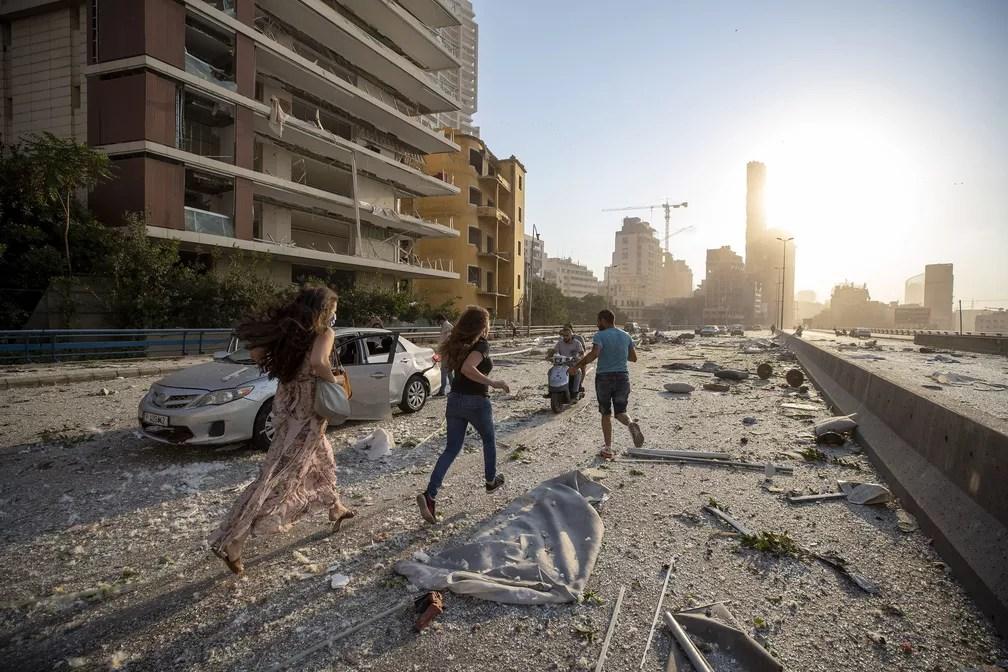 Pessoas pelas ruas depois de explosão em Beirute, Líbano — Foto: Hassan Ammar/AP