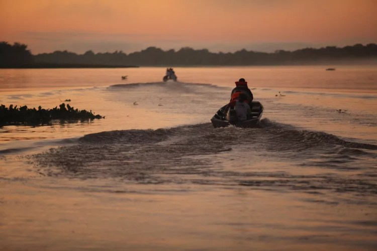 Acesso ao local é feito de barco — Foto: Lenda Turismo/Divulgação