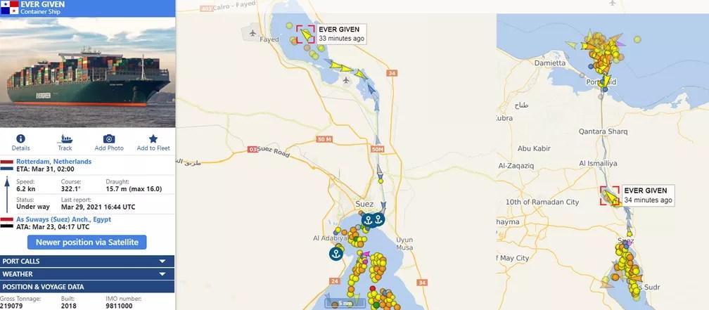Imagens do site vesselfinder.com desta segunda-feira (29) mostram o Ever Given em uma baía do Canal de Suez horas após ser desencalhado e outros navios já trafegando pela hidrovia após a sua liberação — Foto: Montagem/vesselfinder.com