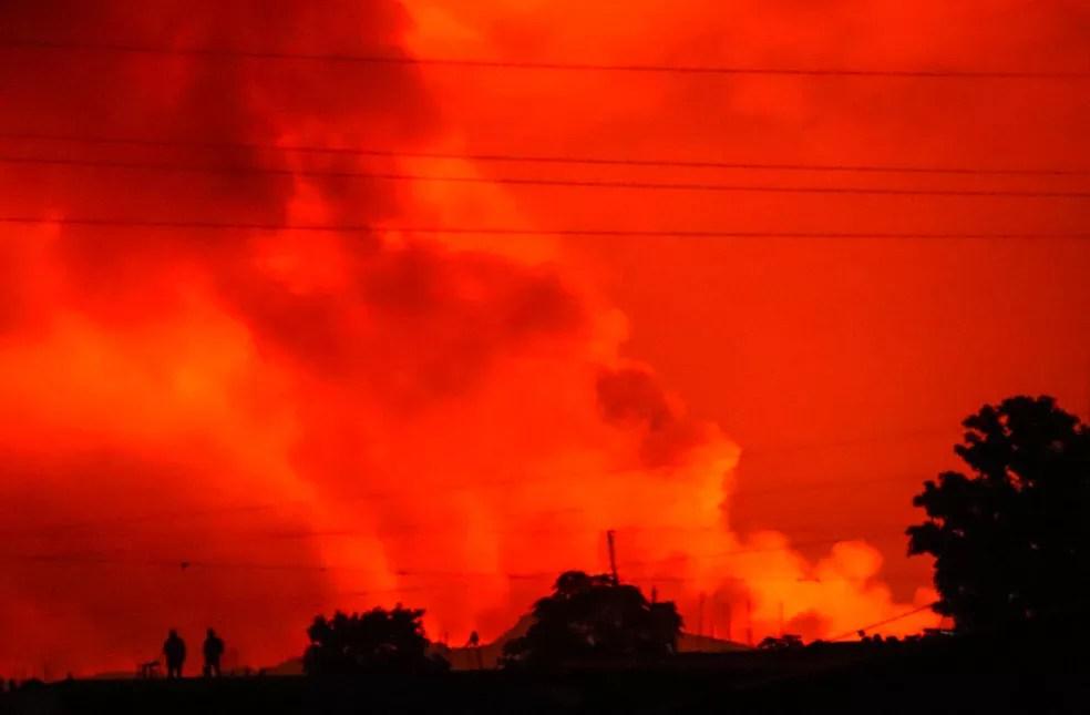 Céu na cidade de Goma, na República Democrática do Congo, ficou vermelho na noite de sábado (22), após erupção do vulcão Nyiragongo — Foto: Justin Kabumba/AP
