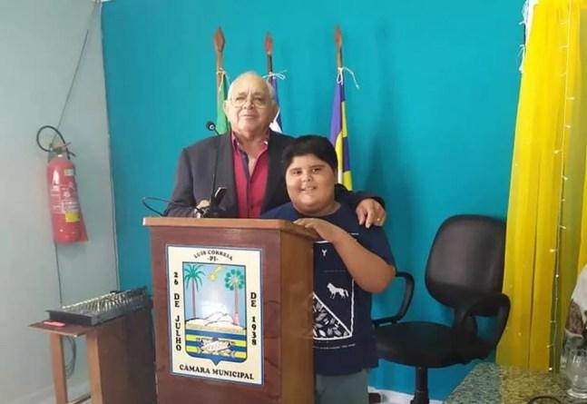 Arthur e o avô, secretário de administração de Luís Correia, Carlitus Machado — Foto: Arquivo pessoal