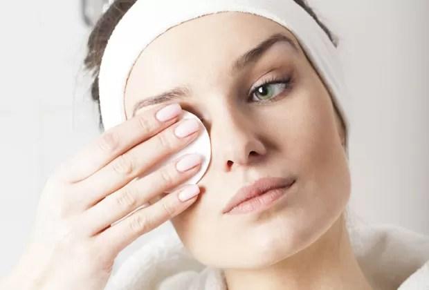 Com um algodão levemente úmido, faça movimentos de cima para baixo dos cílios para remover a maquiagem (Foto: Thinkstock)