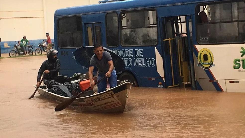Moradores de Porto Velho usam barcos para se locomover pela cidade  — Foto: Reprodução/ Redes sociais