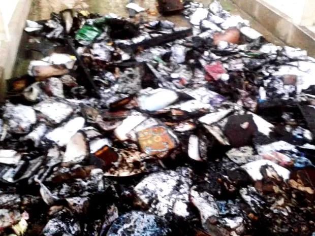 Documentos foram destruídos pelo fogo  (Foto: Vanísia Nery/G1)