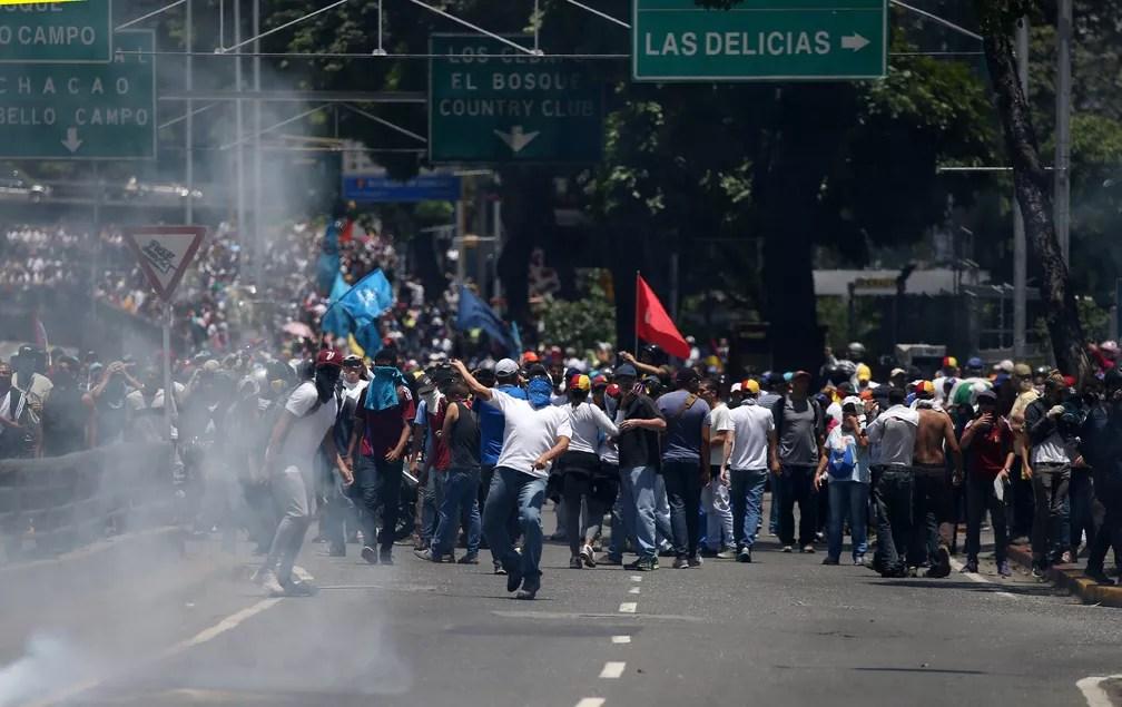 Manifestantes e polícia entram em confronto em protesto nas ruas de Caracas; população se manifesta contra Nicolás Maduro (Foto: Reuters/Carlos Garcia Rawlins)