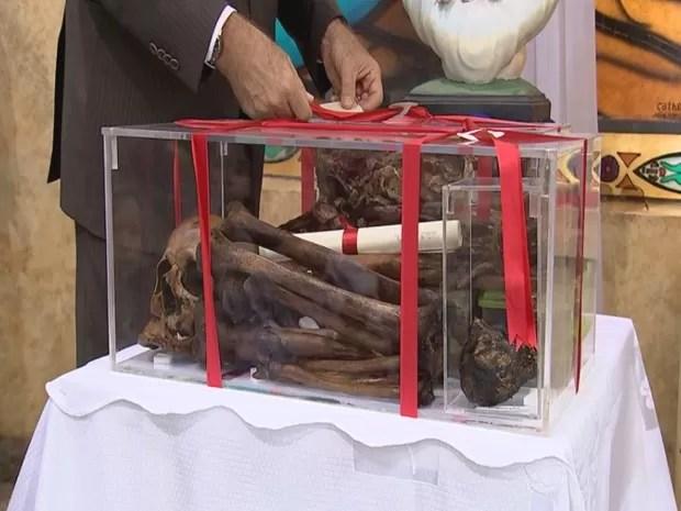 Restos mortais, inclusive o coração, foram expostos durante missa neste domingo (Foto: Reprodução / TV TEM)